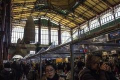 Mensen rond beroemde Mercato centrale in Florence Stock Afbeelding