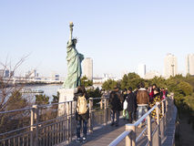 Mensen rond het Standbeeld van Vrijheid op de waterkant Stock Afbeeldingen