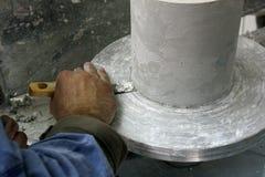 Mensen` s hand die aan pottenbakkers` s wiel werken met een beitel Mens die keramiek op aardewerkwiel creëren Artisanaal op het W stock afbeelding