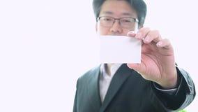 Mensen` s hand die adreskaartje tonen - de close-up schoot op witte achtergrond stock videobeelden