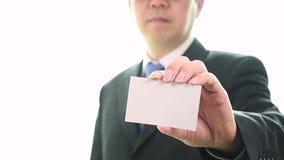 Mensen` s hand die adreskaartje tonen - de close-up schoot op witte achtergrond stock footage