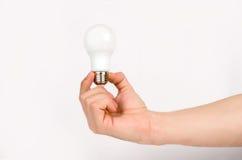 Mensen` s hand die de LEIDENE lamp houden Royalty-vrije Stock Afbeeldingen