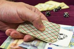 Mensen` s hand die een kaart over bankbiljetten houden royalty-vrije stock afbeelding