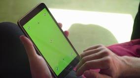 Mensen` s hand die een tablet met het groene scherm scrollen stock footage