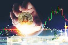 Mensen` s hand die gouden Bitcoins en Nieuw Virtueel geldconcept houden Stock Fotografie
