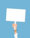 Mensen` s hand die wit leeg protestteken houden Royalty-vrije Stock Afbeelding