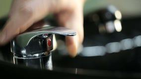 Mensen` s hand het openen waterkraan stock videobeelden