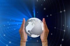 Mensen` s handen die bol met verbinding wereldwijd houden Royalty-vrije Stock Afbeelding