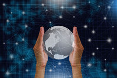 Mensen` s handen die bol met verbinding wereldwijd houden Royalty-vrije Stock Afbeeldingen