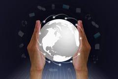 Mensen` s handen die bol met verbinding wereldwijd houden Stock Afbeelding