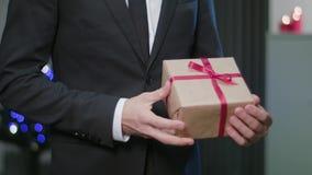 Mensen` s Handen die een Kerstmisgift geven stock videobeelden