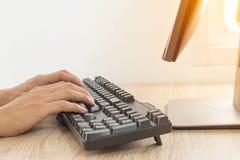 Mensen` s handen die op computerdesktop typen Royalty-vrije Stock Afbeelding