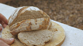 Mensen` s handen gezet brood van brood stock footage