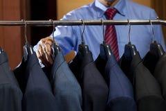 Mensen` s kostuums het hangen royalty-vrije stock fotografie