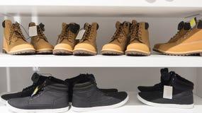 Mensen` s schoenen op de opslagplanken Royalty-vrije Stock Afbeeldingen
