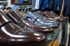 Mensen` s schoenen op vertoning in manieropslag royalty-vrije stock afbeeldingen
