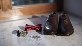 Mensen` s toebehoren: schoenen, bowtie, horloge, manchetknopen stock video