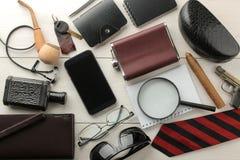 Mensen` s toebehoren Mensen` s stijl Smartphone, band, sleutels, portefeuille, adreskaartjehouder, fles, glazen, pen en notitiebo stock foto