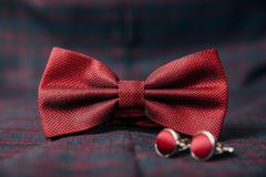 Mensen` s toebehoren - vlinderdas, trouwringen, cufflinks op textielachtergrond Stock Foto's