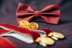 Mensen` s toebehoren - vlinderdas, trouwringen, cufflinks op textielachtergrond Stock Afbeelding
