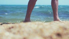 Mensen` s voeten het blootvoetse lopen langs het zandige strand van het overzees, langzame motie 1920x1080, hd stock videobeelden