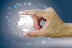 Mensen` s wijsvinger en de bol van de duimholding met verbinding wereldwijd Stock Foto