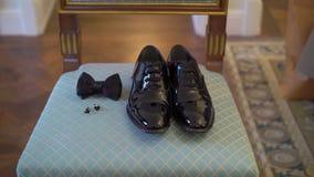 Mensen` s zwarte schoenen, bowtie en cufflinks stock videobeelden