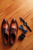 Mensen` s zwarte schoenen op de vloer Stock Foto's