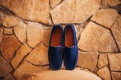 Mensen` s zwarte schoenen op de vloer Stock Afbeeldingen