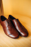 Mensen` s zwarte schoenen op de vloer Royalty-vrije Stock Foto's