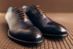 Mensen` s zwarte schoenen op de vloer Royalty-vrije Stock Foto