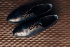 Mensen` s zwarte schoenen op de vloer Stock Foto