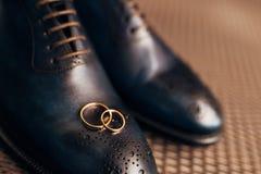 Mensen` s zwarte schoenen op de vloer Royalty-vrije Stock Afbeeldingen
