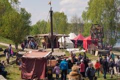Mensen, salesstands en algemene indrukken van het middeleeuwse leeftijdsfestival over Meer Murner in Wackersdorf, Beieren 10 Mei  Royalty-vrije Stock Fotografie