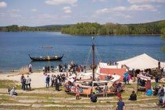 Mensen, salesstands en algemene indrukken van het middeleeuwse leeftijdsfestival over Meer Murner in Wackersdorf, Beieren 10 Mei  Stock Fotografie