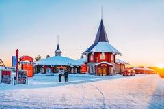 Mensen in Santa Claus Holiday Village in Rovaniemi in Lapland in Finland royalty-vrije stock foto