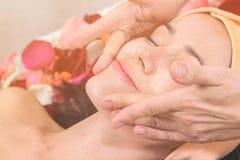 Mensen, schoonheid, kuuroord, de kosmetiek en skincare concept Royalty-vrije Stock Afbeeldingen