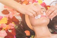 Mensen, schoonheid, kuuroord, de kosmetiek en skincare concept Stock Afbeelding