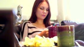 Mensen, schoonheid, levensstijl, technologie en ontspanningsconcept Mooie jonge vrouw met smartphone sociaal voorzien van een net stock video