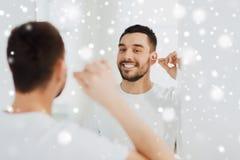 Mensen schoonmakend oor met katoenen zwabber bij badkamers Royalty-vrije Stock Foto's