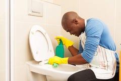 Mensen schoonmakend toilet Stock Foto's