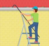 Mensen Schoonmakende dakgoot op een ladder Stock Afbeelding