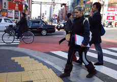 Mensen Shibuya die Tokyo Japan kruisen Stock Afbeeldingen