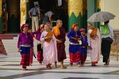 Mensen in Shwedagon-pagode, Myanmar Royalty-vrije Stock Afbeeldingen