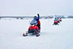 Mensen in Sneeuwscooters in de Winter Finland Lapland in Kerstmis stock foto's