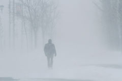Mensen in sneeuwstorm Stock Afbeeldingen
