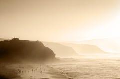 Mensen in Sopelana strand met nevel Royalty-vrije Stock Foto