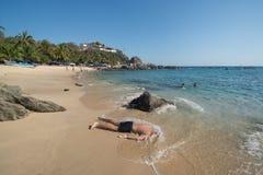 Mensen speeldoden op Playa Manzanillo, Oaxaca, Mexico stock foto