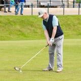 Mensen speelgolf bij beroemde golfcursus St Andrews, Schotland Stock Afbeelding