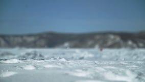 Mensen speelgolf op sneeuw in het milieu van de aardwinter in openlucht stock footage